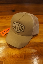 DEUS EX MACHINA FOXTROT SHIELD TRUCKER (TAN)