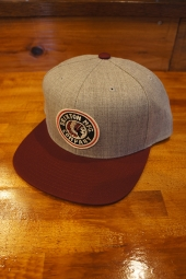BRIXTON RIVAL SNAPBACK CAP (LIGHT HEATHER GREY/BURGUNDY)